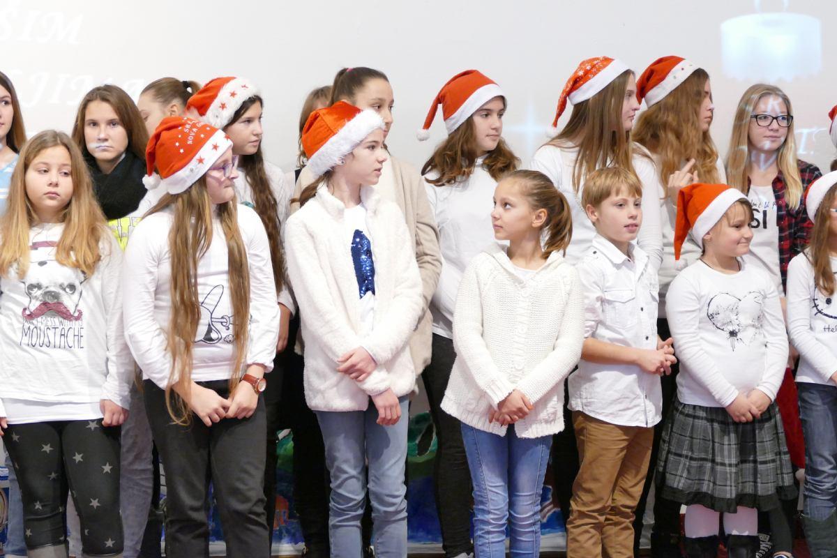 Osmoškolci Bolnici darovali božićno ozračje i radost